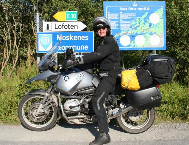 BMW R1150GS met Westyman en kampeeruitrusting op de Lofoten, in het noorden van Noorwegen