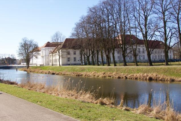 Van de Stellplatz aan de jachthaven loop je zo naar Schloss Oranienburg.