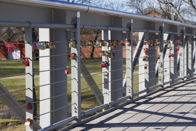 Lovelocks aan de jachthavenbrug over de Havel