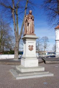 Het standbeeld van Louise Henriette midden in Oranienburg werd in de 19e eeuw door de burgerij geschonken.