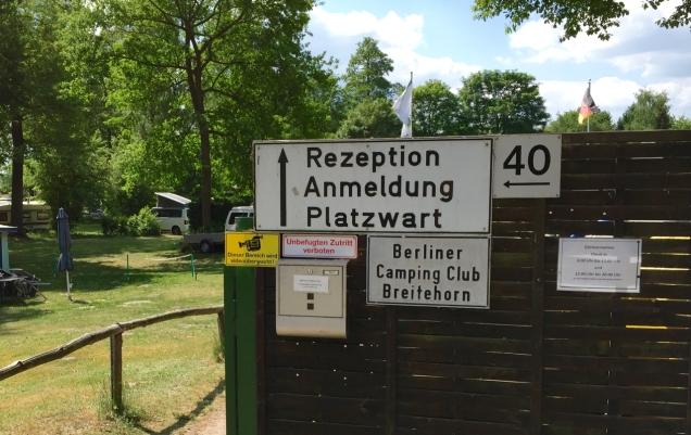 De rustieke ingang van de BCC-camping