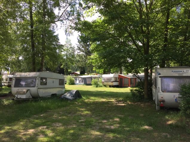 Op de BCC-camping staan passanten tussen de seizoenskampeerders