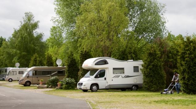 De camperplaats in Tegel is voor een 'Stellplatz' erg groen.