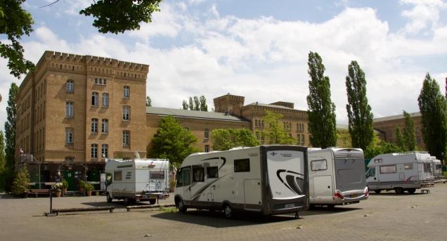 De Stellplatz van Spandau kijkt uit op een oude kazerne.