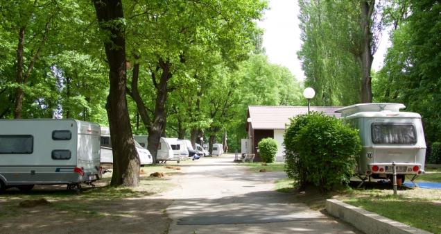 De City-Camping ligt op een langgerekte eilandpunt tussen twee takken van de Spree.