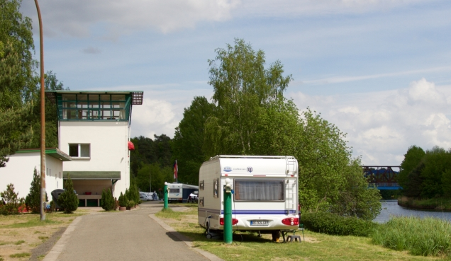 De voormalige wachttoren van Checkpoint Bravo is nu toiletgebouw van de camping