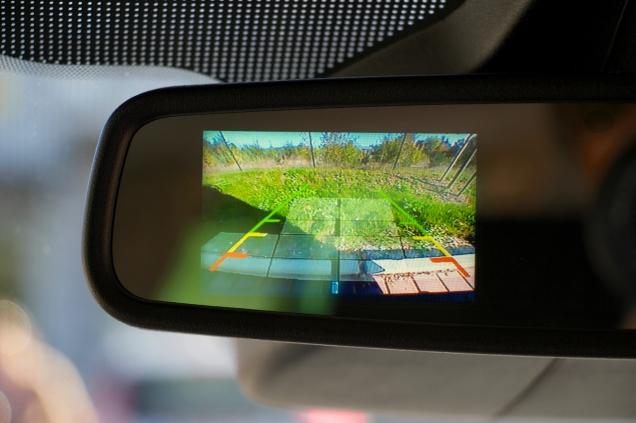 Met het mooiste licht- en zichtpakket van Ford komt het beeld van de achteruitrijcamera in je spiegel.