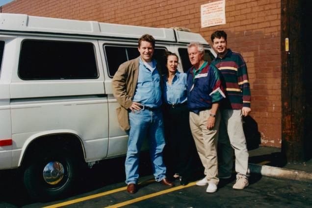 Bernard, Aura Nell, Tom en Robin (Westyman) bij de overdracht van de Vanagon vlakbij LAX