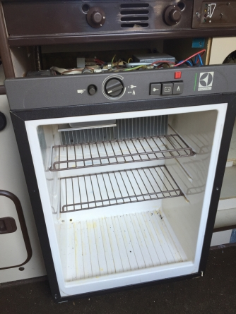 Schuif de koelkast voorzichtig naar voren.