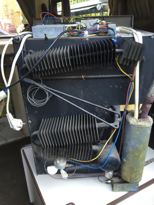 Achterzijde van de RM-182. Het verticale vat rechtsonder is de koker.